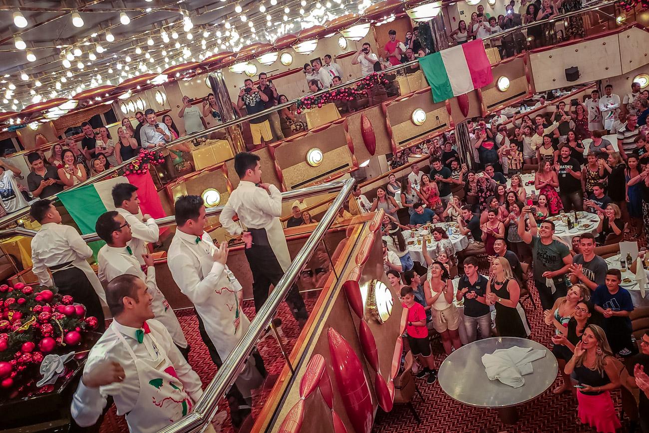 Garçons do restaurante Duca D'Orleans agitando durante a ultima janta.