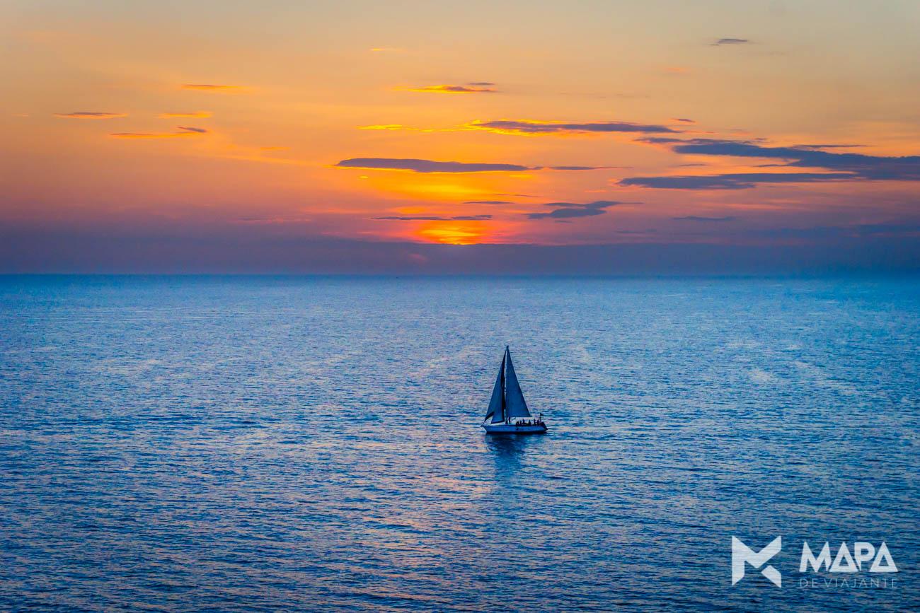 Pôr-do-sol na saída do porto de Santos/SP - Costa Favolosa. O que levar na mala.