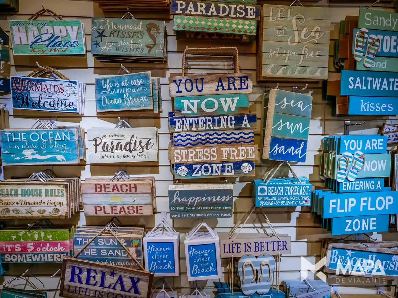 Placas que mostram o clima que ronda a cidade de Key West: um mar de paz e tranquilidade.