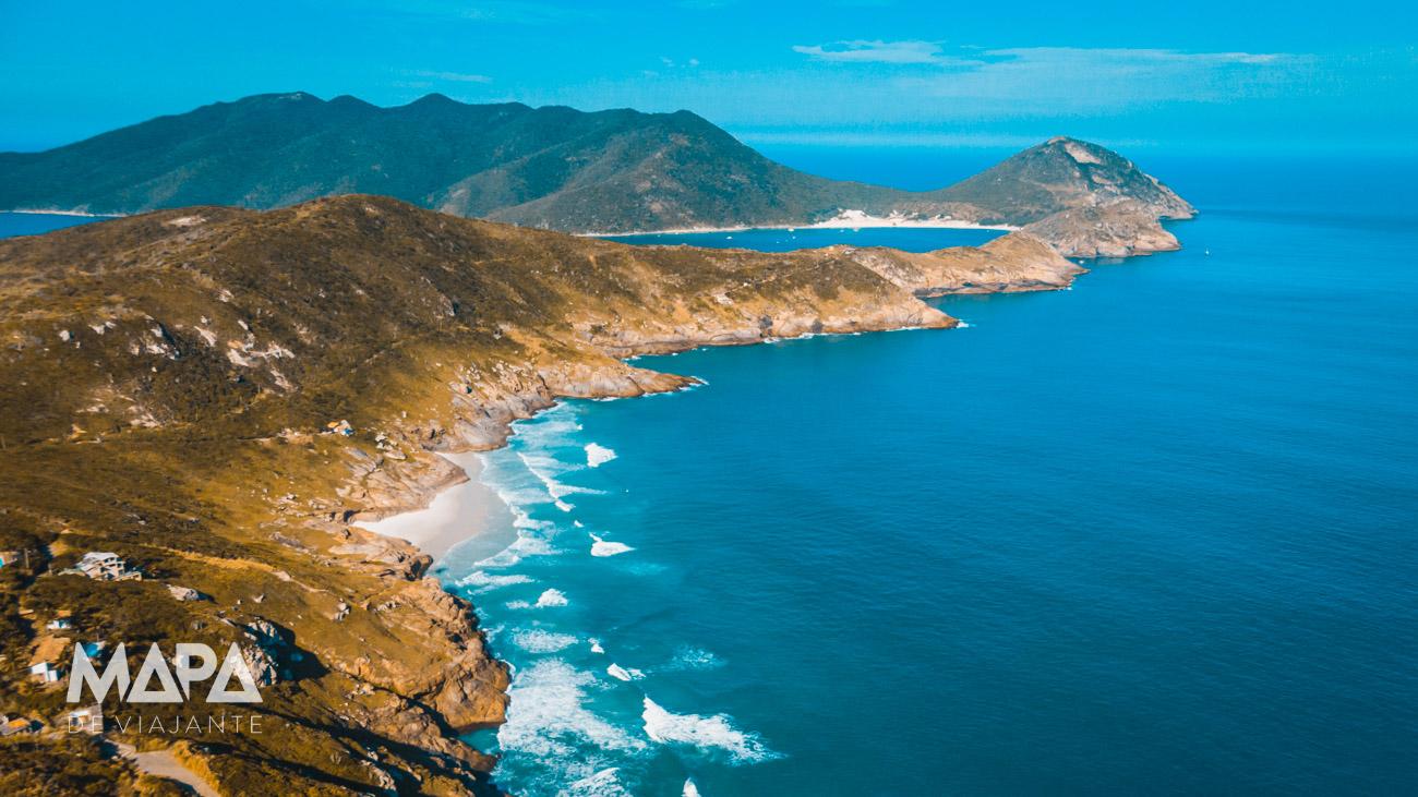 Vista aérea da praia Brava e ao fundo a Ilha do Farol em Arraial do Cabo