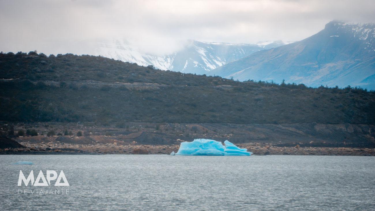 Iceberg boiando no Parque Los Glaciares