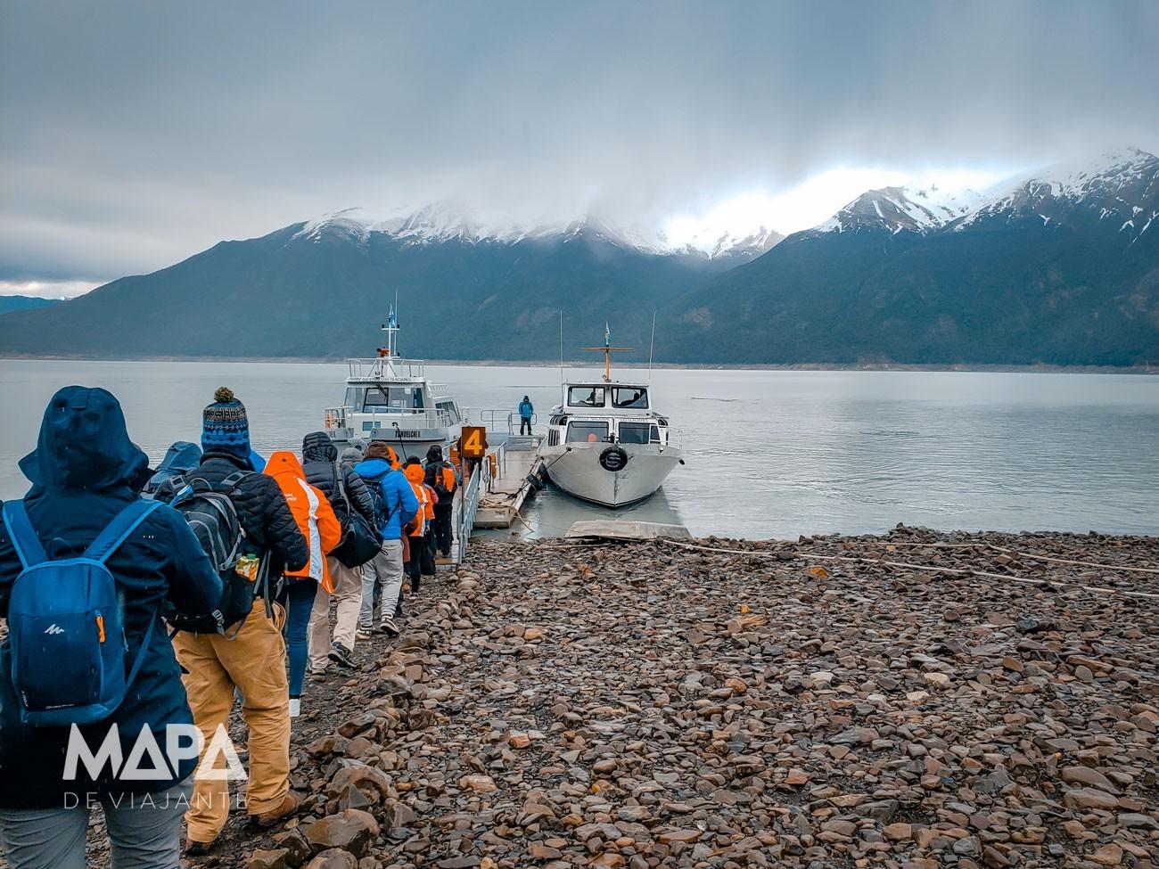 Barco que leva até a base do glaciar